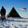 Groenland_135_Flugzeug_ueber_Camp