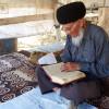 Dorfaeltester-beim-Studium-des-Koran-Turkmenistan