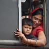 Mutter-und-Sohn-am-Weg-zur-Kumbha-Mela-nach-Nashik-Indien