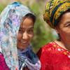 Mutter-und-Tochter-in-Feiertagstracht-Turkmenistan